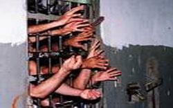 In einer überfüllten Zelle wurde das Mädchen mit erwachsenen Männern eingesperrt (Foto: Divulgação)