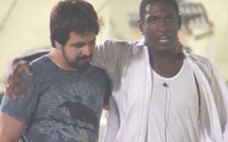 Die beiden dürfen bleiben: Marcelo (li.) und Felipe im Garten der BBB-Wohnanlage nach der Verkündung des Ergebnisses (Foto: bbb.globo.com)