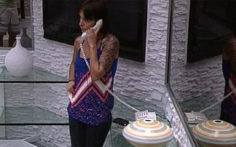Bianca nimmt das Telefon ab und muss nun beim Duell am Sonntag antreten (Foto: bbb.globo.com)