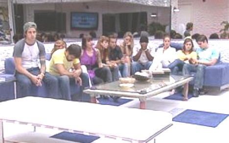 Die Bewohner erwarten gespannt das Ergebnis des Duells (Screenshot: bbb.globo.com)