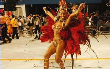 Sabrina Sato ging als eine der ersten Musen des Carnaval von São Paulo am späten Freitagabend für die Sambaschule Gaviões da Fiel auf die Paradestrecke (Foto: globo.com)
