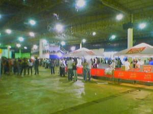 Blick durch die Halle vor der Show - rechts der Getränkestand, im Hintergrund die Logen für betuchte Besucher