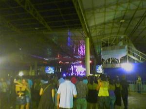 Blick auf die Bühne aus halbrechter Position in der Mitte der Halle