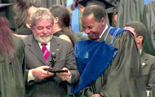 Staatspräsident Lula bei der Zeremonie in Gespräch mit einem Studenten im Fachbereich Administration (Foto: globo.com)