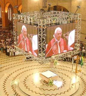 In Aparecida beteten 20.000 Jugendliche gemeinsam mit Papst Benedikt XVI. (Foto: Luciana Mendes)