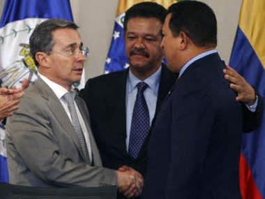 Uribe (li.) versöhnt sich mit Chavez (re.). In der Mitte der dominikanische Präsident und Gastgeber der Rio Gruppe, Leonel Fernández (Foto: Divulgação)