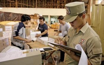 Ein Polizist kontrolliert die konventionellen Urnen im Lager der Wahlbehörde in Asunción (Foto: Reuters)