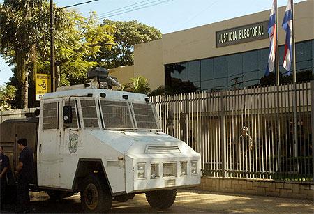 Vor der obersten Wahlbehörde in Asunción wurden inzwischen Wasserwerfer aufgefahren (Foto: abc.com.py)