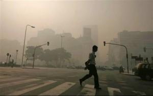 Eine Rauchglocke liegt über der argentinischen Hauptstadt Buenos Aires (Foto: AP)