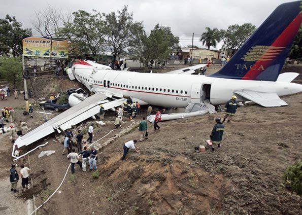 Die Maschine rutschte über die Landebahn hinaus und brach auseinander (Foto: Reuters)