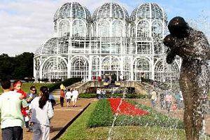 Der botanische Garten von Curitiba zieht viele Besucher an (Foto: Divulgação)