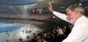 Staatspräsident Lula winkt den brasilianischen Athleten beim Einmarsch ins Olympiastadion in Peking zu (Foto: ABr)