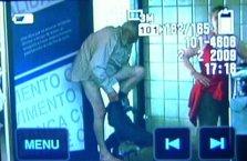 Deutsche Urlauber wechseln Kleider am Flughafen in Salvador da Bahia (Foto:TV Globo)