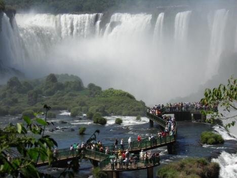 Besucher an den Wasserfällen von Iguassu